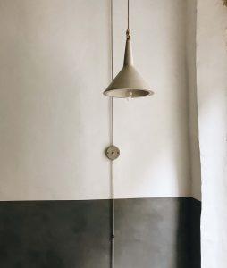 Lámpara de diseño fabricada en cemento